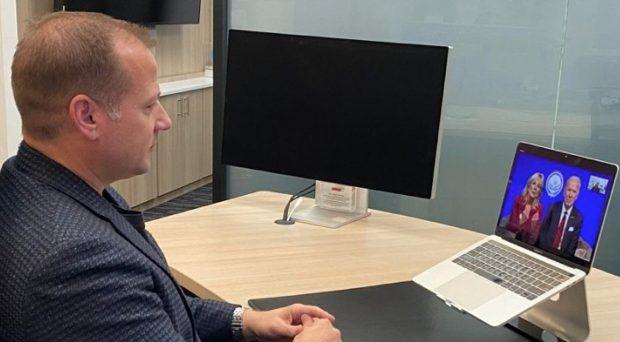 Hoorzaken - CEO Starkey in gesprek met President Biden