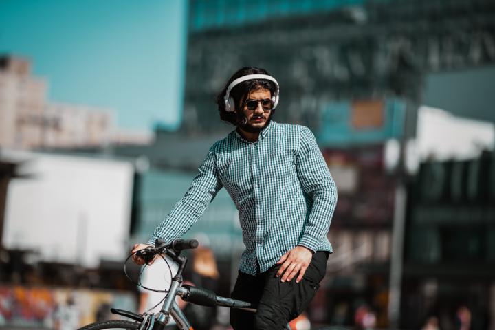 oortjes op fiets veiligheid volumebegrenzer op telefoon